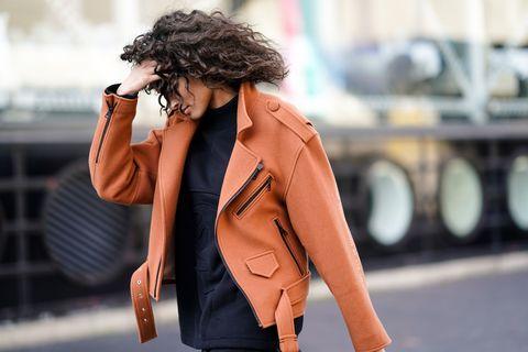 Mujer pelo rizado