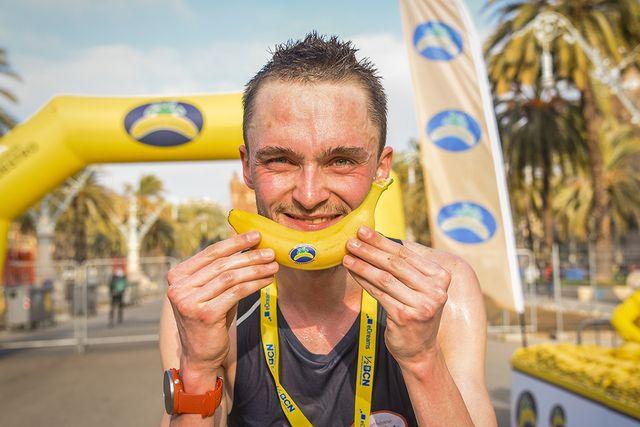 un corredor durante una carrera del circuito nacional running plátano de canarias sujetando un plátano