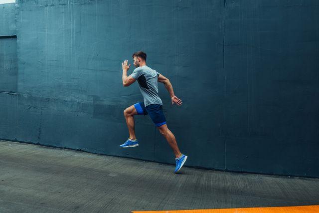 un runner corriendo por una cuesta
