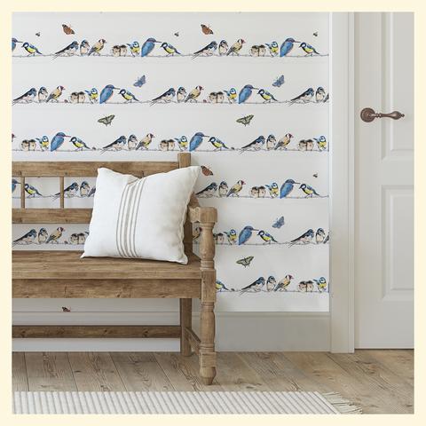 banc devant un papier peint à motifs d'oiseaux