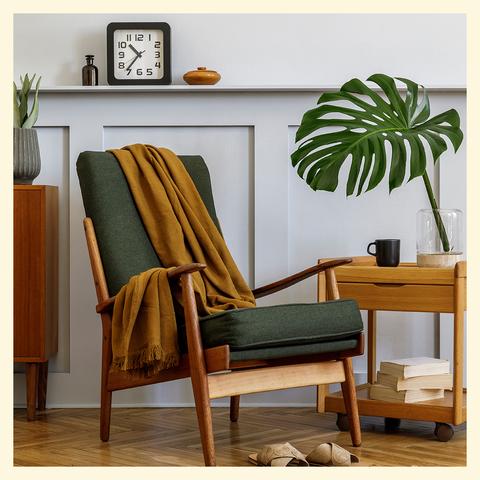chaise verte devant un mur lambrissé