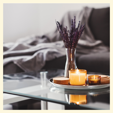 table basse en verre avec vase de fleurs sur le dessus