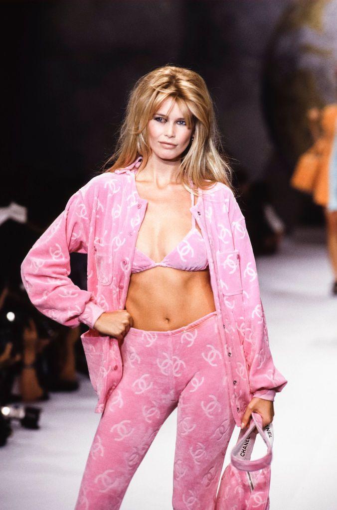 La tendencia favorita de Rosalía y Kylie Jenner que Claudia Schiffer ya llevó en un desfile de Chanel en 1995