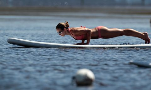 practioners enjoy serenity of paddleboard yogasup立槳運動