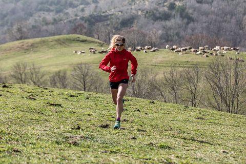 la corredora de trail running claudia tremps durante uno de sus entrenamientos corriendo por la montaña