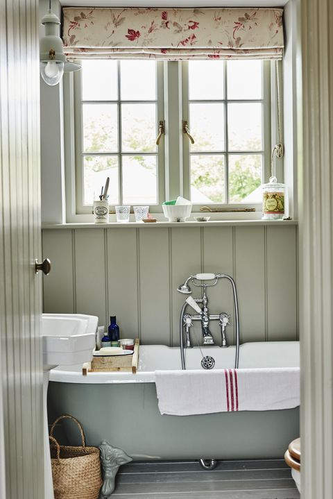 clawfoot tub - small bathroom