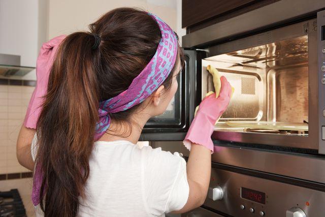 電子レンジと言えば、一家に一台あるといっても過言ではない「生活の必需品」。食べ物を温めるために使われるからこそ気を付けたいのが、レンジの中の衛生環境ですよね。そこで今回、電子レンジの掃除が楽になる裏技をお届けします