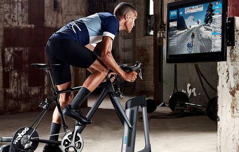 Zwift-kickr-wahoo-fietser-wielrenner-binnen-trainen