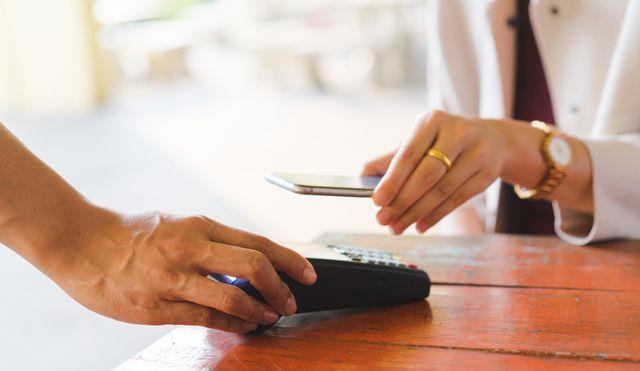 実は「電子マネー」の使い方や支払い方法、ポイントの貯まり方など、その特徴も多種多様。ファイナンシャル・プランナーの花輪陽子さん、そしてメルペイに「電子マネーの基礎知識」をお伺いしました。公判では、編集部が選んだおすすめスマホ決済サービスについてもご紹介します。