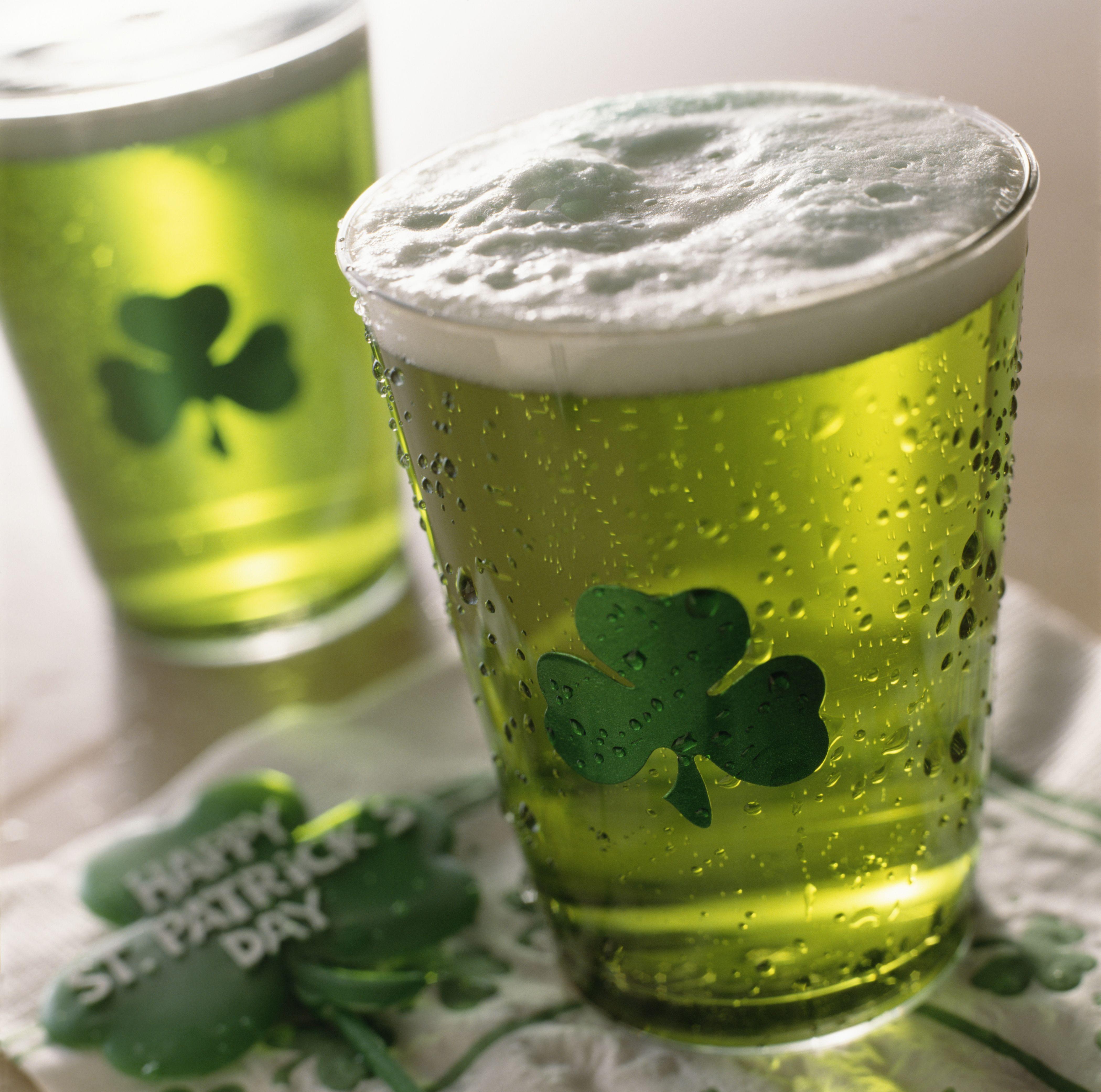 Close up de boissons avec shamrocks sur verre