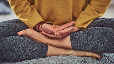 blanke vrouw mediteert