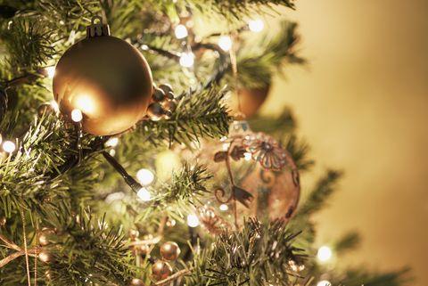 Bouchent les décorations de Noël sur l'arbre