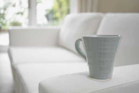 Zbliżenie filiżanki kawy na sofie