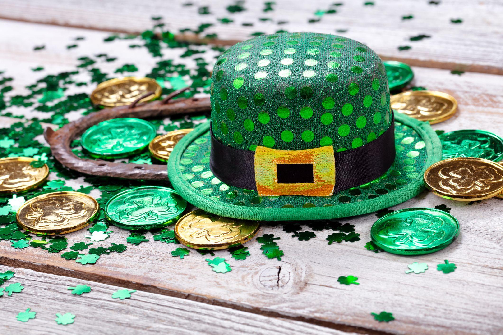 Close up de pièces avec fer à cheval et chapeau sur table en bois