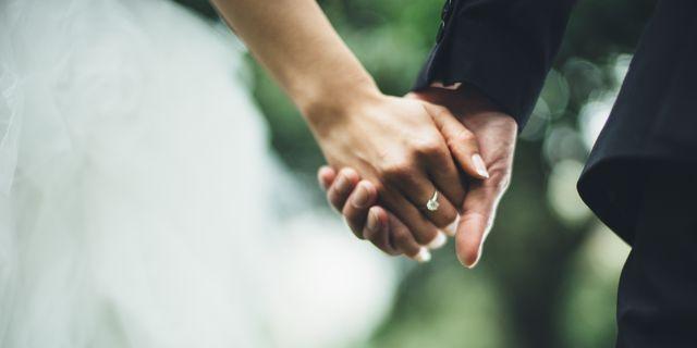 人生において、大きな決断の一つである「結婚」。苦楽を共にするパートナーとは、時にぶつかり合いながらも特別な絆で結ばれているはず。そんな結婚生活において、「この人を選んで良かった!」と思った瞬間を5名の男女に取材しました♡