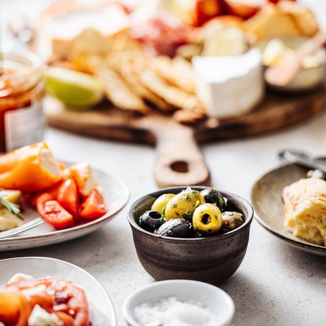 conjunto de platos de la dieta mediterránea sobre una mesa