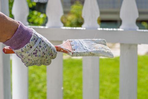 pintar la valla del jardin de blanco
