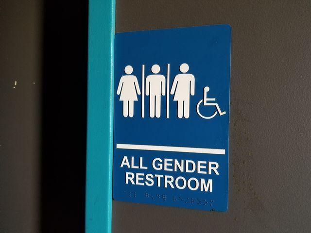 人種のるつぼであり、lgbtq+コミュニティへのサポートも先進的なニューヨークのトイレは「オールジェンダー化」が進んでいるとの情報がありますが、実際はどうなのでしょう?日本では「誰でもトイレ」として議論になっている、「オールジェンダートイレ」について現地からライターがレポートします。