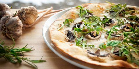 余分なオイルをふき取る ピザをヘルシーにおいしく食べるコツ