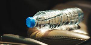 por qué no debes dejar una botella de agua en el coche