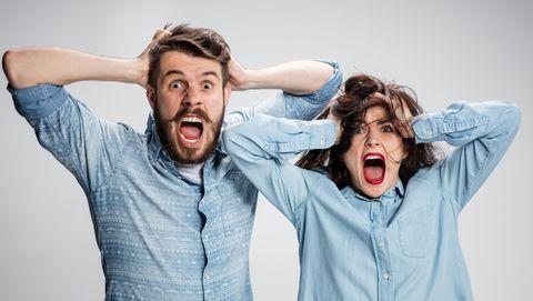 Man en vrouw met handen in het haar