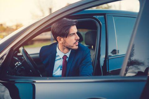 ¿Cómo abrir la puerta del coche sin causar accidentes?