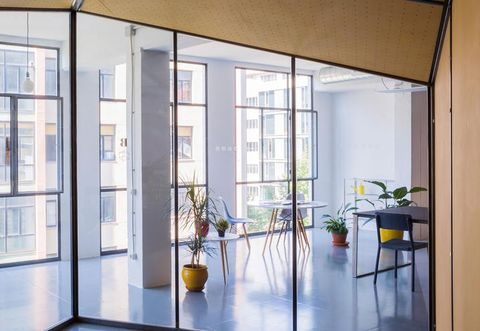 Flowerpot, Floor, Interior design, Glass, Flooring, Daylighting, Fixture, Interior design, Transparent material, Houseplant,