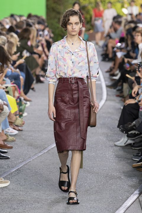Moda estate 2020, moda primavera 2020, tendenze estate 2020, tendenze primavera 2020, moda primavera estate 2020, look moda primavera estate 2020, vestiti primavera estate 2020, outfit primavera estate 2020, sfilate primavera estate 2020, trend primavera estate 2020, vestiti primavera estate 2020, gonne corte, minigonne, maxi skirt, gonne lunghe, gonne lunghissime, gonne anni 50, gonne primavera estate 2020, gonne corte primavera estate 2020, gonne di tendenza primavera estate 2020