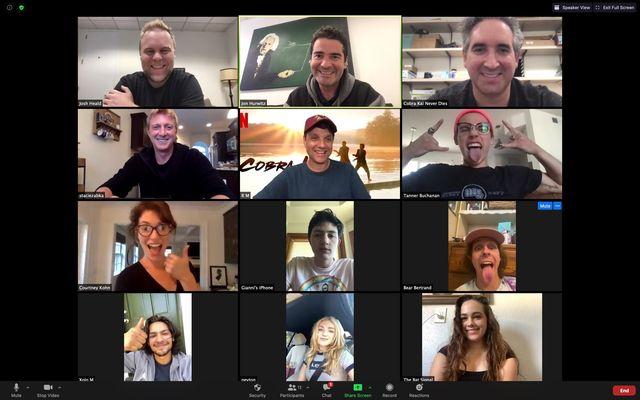 guionistas y actores de la serie cobra kai en una reunión en zoom en la que se anunció oficialmente la renovación de la serie de netflix para una temporada 4