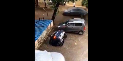 coche engullido
