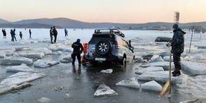 Coche hundido en la bahía helada de Voevoda, Rusia