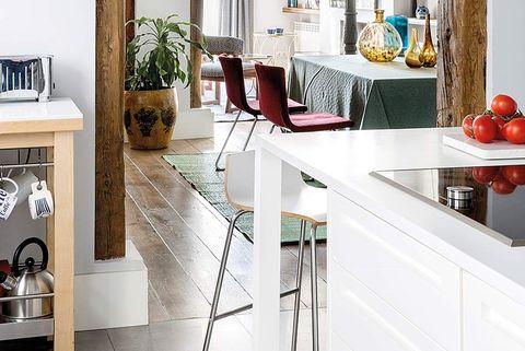 Cocina abierta con vigas de madera