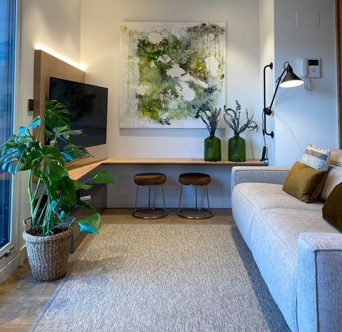 salón decorado en tonos neutros y mueble de tv en madera diseñado a medida