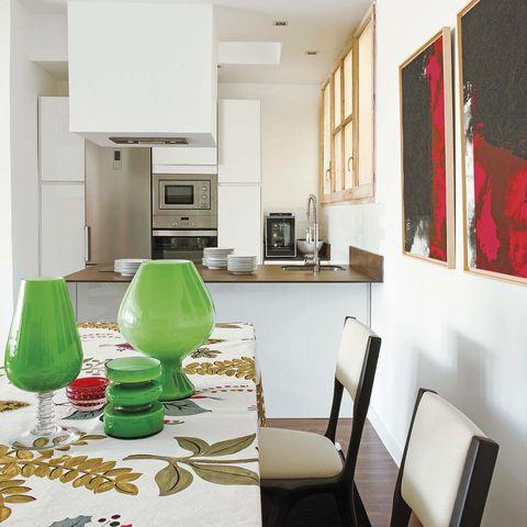 una cocina moderna abierta al salón