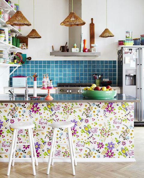 Cocina alegre decorada con papel pintado floral