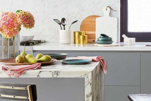 cocina con barra en gris y rosa