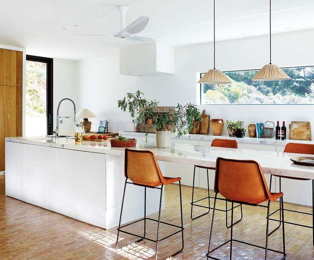 ideas de decoración y ejemplos de cocinas con barras y taburetes