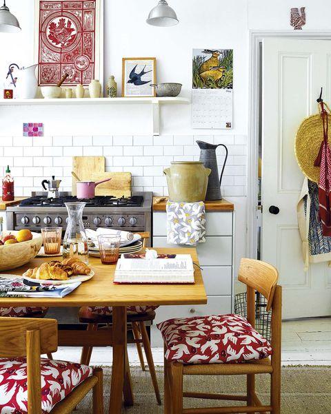 cocina con comedor en el centro de la cocina