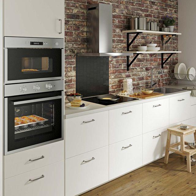 cocina blanca con pared de ladrillo