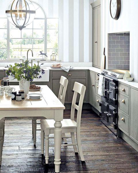 cocina con comedor blanca y gris