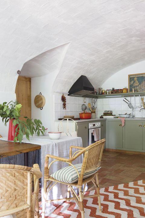 cocina con office rústica con muebles verde menta