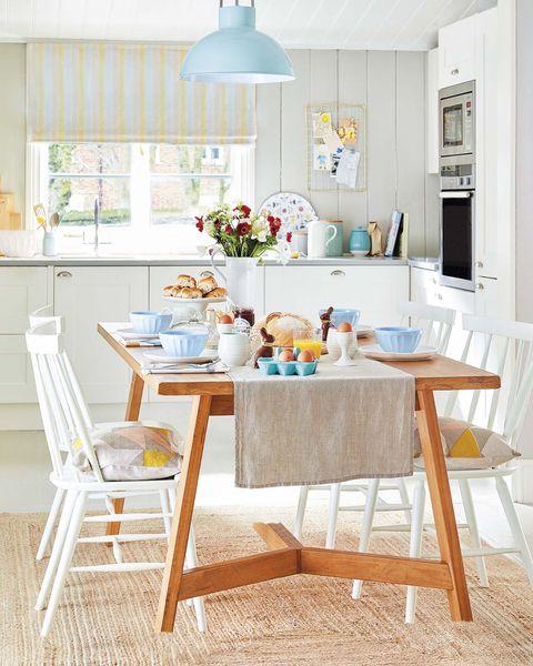 cocina con comedor en blanco y madera