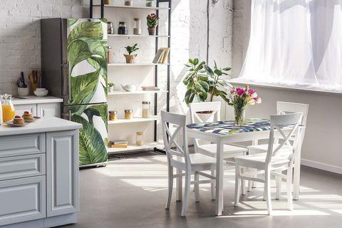 cocina con office frigorífico decorado con vinilo tropical