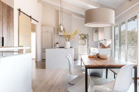 cocina con office de diseño rústico moderno en blanco