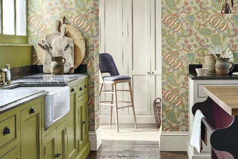 Cocina estilo cottage en color verde con papel pintado