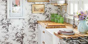 Cocina estilo british con papel pintado de plores