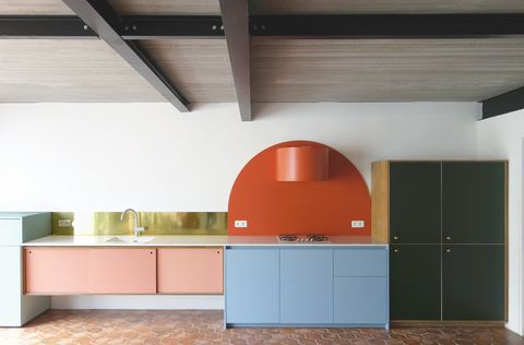 Cocina de estética pop decorada con bloques de color