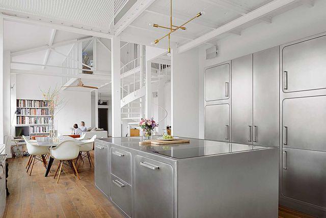 una cocina abierta con isla de estilo industrial elegante