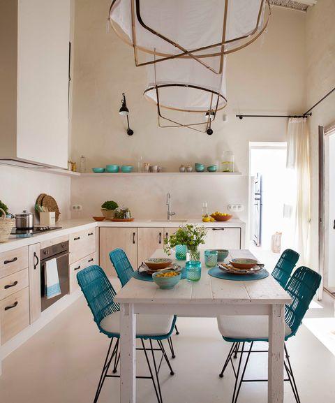 cocina de estilo mediterráneo decorada en blanco con detalles azules