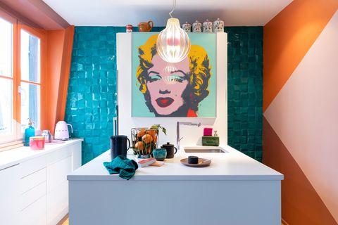 cocina de estilo pop decorada en naranja y azul